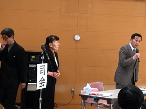 左から、司会(木村雅行)、書記(衣非由美子)、議長(高松由人)